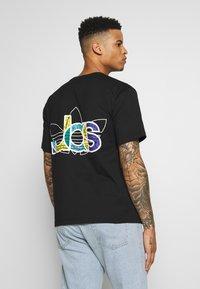 adidas Originals - TREF TEE - T-shirt imprimé - black - 2