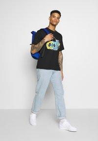 adidas Originals - TREF TEE - T-shirt imprimé - black - 1