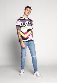 adidas Originals - CATALOG TEE - T-shirt print - white - 1