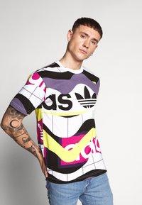 adidas Originals - CATALOG TEE - T-shirt print - white - 0