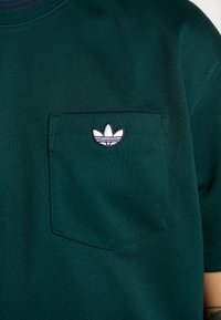 adidas Originals - T-shirt med print - green - 5