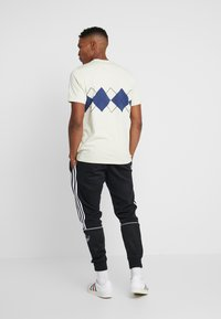 adidas Originals - ARGYLE TEE - Triko spotiskem - sand - 2