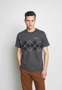 adidas Originals - ARGYLE TEE - Triko spotiskem - dark grey heather - 0