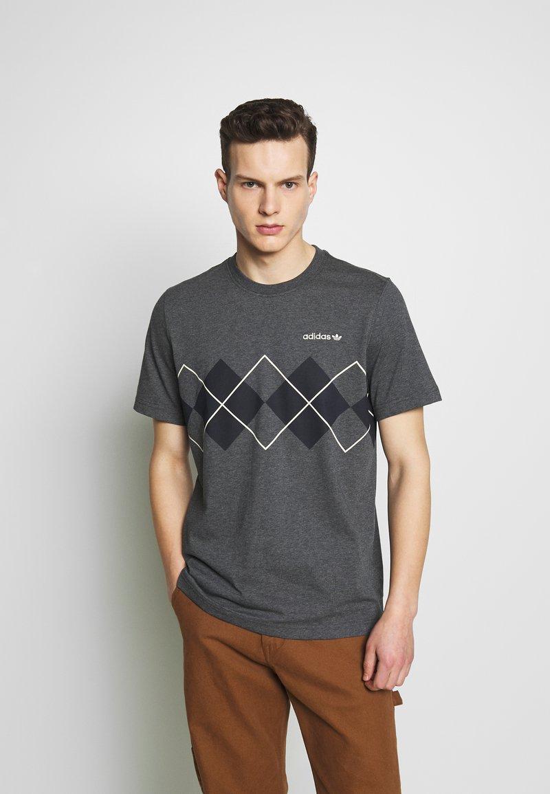 adidas Originals - ARGYLE TEE - Triko spotiskem - dark grey heather