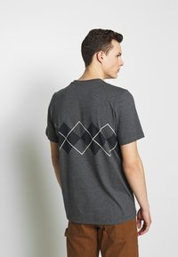 adidas Originals - ARGYLE TEE - Triko spotiskem - dark grey heather - 2