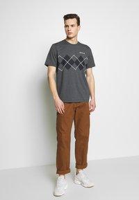 adidas Originals - ARGYLE TEE - Triko spotiskem - dark grey heather - 1