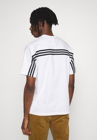 adidas Originals - SPORT COLLECTION SHORT SLEEVE TEE - Print T-shirt - white/black - 2