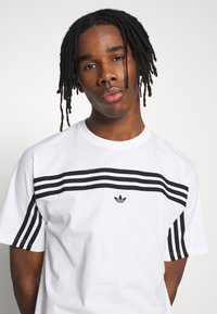 adidas Originals - SPORT COLLECTION SHORT SLEEVE TEE - Print T-shirt - white/black - 3