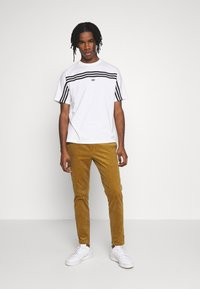 adidas Originals - SPORT COLLECTION SHORT SLEEVE TEE - Print T-shirt - white/black - 1