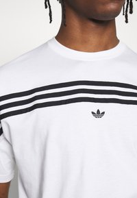 adidas Originals - SPORT COLLECTION SHORT SLEEVE TEE - Print T-shirt - white/black - 5