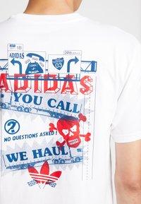 adidas Originals - WEHAUL TEE - Triko spotiskem - white/legend marine/scarlet - 6