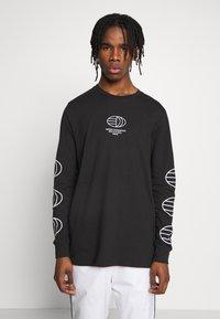 adidas Originals - GRAPHICS GRAPHIC TEE LONG SLEEVE T-SHIRT - Camiseta de manga larga - black - 0