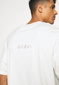 adidas Originals - PASTEL SHORT SLEEVE TEE - T-shirt z nadrukiem - owhite - 5
