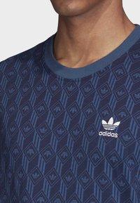 adidas Originals - MONO ALLOVER PRINT T-SHIRT - T-shirt print - blue - 5