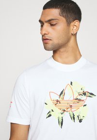 adidas Originals - TEE - T-shirt imprimé - white - 3
