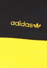 adidas Originals - CLASSICS TEE - Print T-shirt - actgol/black - 3