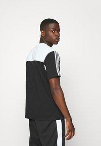 adidas Originals - CLASSICS TEE - Print T-shirt - black/white - 2