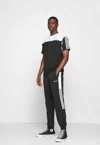 adidas Originals - CLASSICS TEE - Print T-shirt - black/white - 1