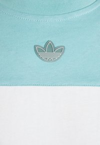adidas Originals - PANEL TEE - T-shirt z nadrukiem - blue - 3