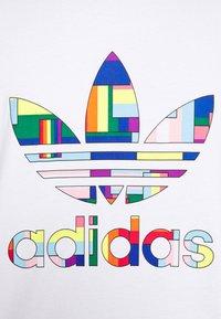 adidas Originals - FLAG FILL TEE - Print T-shirt - white/multi-coloured - 6