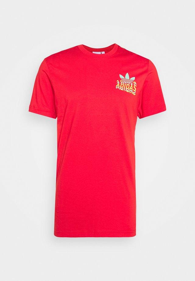 MULTI FADE  - Print T-shirt - lush red