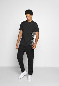 adidas Originals - GOOFY TEE - Print T-shirt - black/white - 1