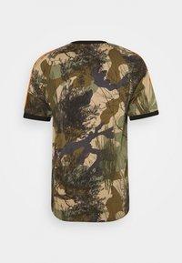 adidas Originals - CAMO TEE - T-shirt con stampa - hemp/brooxi/eargrn/ - 1
