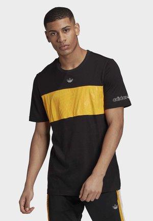 PANEL TREFOIL T-SHIRT - T-shirt z nadrukiem - black