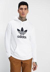 adidas Originals - TREFOIL HOODIE UNISEX - Bluza z kapturem - white - 0