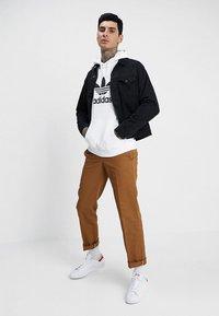 adidas Originals - TREFOIL HOODIE UNISEX - Bluza z kapturem - white - 1