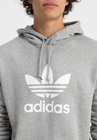 adidas Originals - ADICOLOR TREFOIL HOODIE - Luvtröja - mottled grey heather - 4