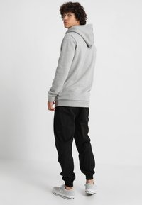 adidas Originals - ADICOLOR TREFOIL HOODIE - Bluza z kapturem - mottled grey heather