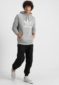 adidas Originals - ADICOLOR TREFOIL HOODIE - Bluza z kapturem - mottled grey heather - 1