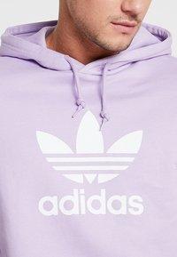 adidas Originals - ADICOLOR TREFOIL HOODIE - Hoodie - purglo - 5