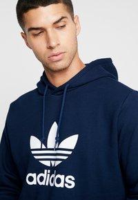 adidas Originals - ADICOLOR TREFOIL HOODIE - Bluza z kapturem - collegiate navy/white - 4