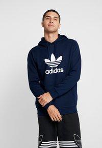adidas Originals - ADICOLOR TREFOIL HOODIE - Bluza z kapturem - collegiate navy/white - 0