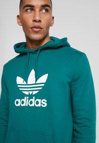 adidas Originals - ADICOLOR TREFOIL HOODIE - Bluza z kapturem - noble green/white - 4