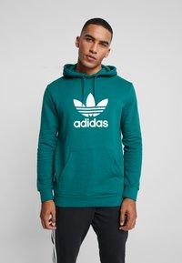 adidas Originals - ADICOLOR TREFOIL HOODIE - Bluza z kapturem - noble green/white - 0