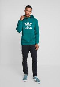 adidas Originals - ADICOLOR TREFOIL HOODIE - Bluza z kapturem - noble green/white - 1