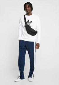 adidas Originals - ADICOLOR TREFOIL  - Bluza - white - 1
