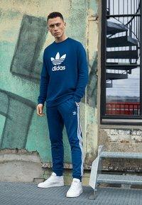 adidas Originals - ADICOLOR TREFOIL  - Sweatshirt - blue - 3