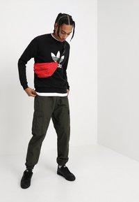 adidas Originals - ADICOLOR TREFOIL  - Bluza - black - 1