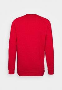 adidas Originals - 3 STRIPES CREW UNISEX - Bluza - scarle - 1