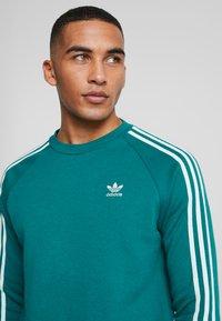 adidas Originals - STRIPES CREW - Sweatshirt - noble green/vapour green - 4