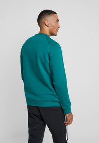 adidas Originals - STRIPES CREW - Sweatshirt - noble green/vapour green - 2