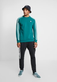 adidas Originals - STRIPES CREW - Sweatshirt - noble green/vapour green - 1