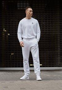 adidas Originals - ESSENTIAL TREFOIL PULLOVER - Bluza - white - 3