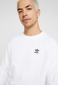 adidas Originals - ESSENTIAL TREFOIL PULLOVER - Bluza - white/black - 3