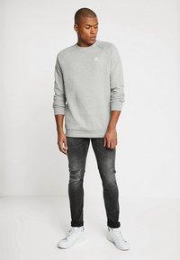 adidas Originals - TREFOIL ESSENTIALS LONG SLEEVE PULLOVER - Mikina - medium grey heather - 1
