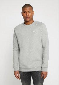 adidas Originals - TREFOIL ESSENTIALS LONG SLEEVE PULLOVER - Mikina - medium grey heather - 0